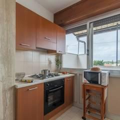 Casa Lya Home Staging per la Microricettività: Cucina in stile in stile Mediterraneo di Anna Leone Architetto Home Stager