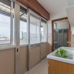Casa Lya Home Staging per la Microricettività: Cucina in stile  di Anna Leone Architetto Home Stager