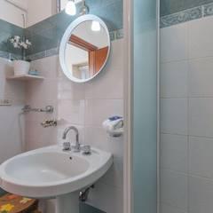 Casa Lya Home Staging per la Microricettività: Bagno in stile  di Anna Leone Architetto Home Stager