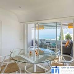 Diseño y decoración de un apartamento en Marbella por Isabel López: Comedores de estilo mediterráneo de Taller de Interiores Mediterraneos