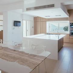 Villa Passariello: Cucina attrezzata in stile  di Antonio Baroni - Homify
