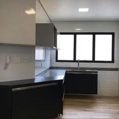 Cozinha reformada: Armários e bancadas de cozinha  por STUDIO SPECIALE - ARQUITETURA & INTERIORES