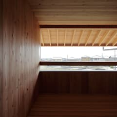斑鳩の家: 中山建築設計事務所が手掛けたテラス・ベランダです。,北欧 無垢材 多色