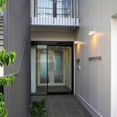 吉祥寺プロジェクト エントランス: TAPO 富岡建築計画事務所が手掛けたオフィスビルです。