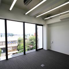 吉祥寺プロジェクト 4Fミーティングルーム: TAPO 富岡建築計画事務所が手掛けたオフィスビルです。