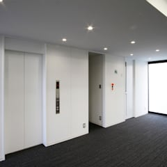 吉祥寺プロジェクト エレベータホール: TAPO 富岡建築計画事務所が手掛けたオフィスビルです。