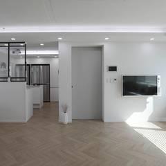 터치 하나로 집의 모든 걸 컨트롤하는 25평 스마트하우스_ 이사 후: 홍예디자인의  거실,미니멀