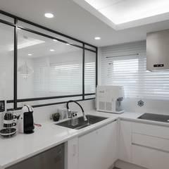 터치 하나로 집의 모든 걸 컨트롤하는 25평 스마트하우스_ 이사 후: 홍예디자인의  주방