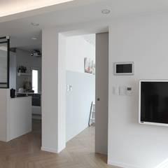 터치 하나로 집의 모든 걸 컨트롤하는 25평 스마트하우스_ 이사 후: 홍예디자인의  남아 침실