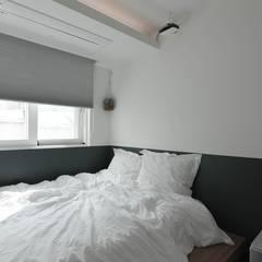 터치 하나로 집의 모든 걸 컨트롤하는 25평 스마트하우스_ 이사 후: 홍예디자인의  침실