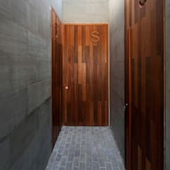 Wooden doors by AGi architects arquitectos y diseñadores en Madrid