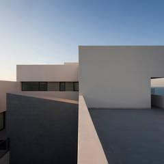 Terrada del ático: Terrazas de estilo  de AGi architects