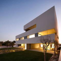 Fachada: Casas unifamilares de estilo  de AGi architects