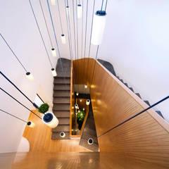 Mop House: Proyecto arquitectónico de una casa unifamiliar en Kuwait por AGI: Escaleras de estilo  de AGi architects
