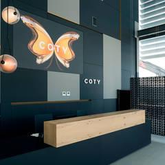 REFORMA E INTERIORISMO | HALL OFICINAS CORPORATIVAS: Edificios de oficinas de estilo  de Oxigen Interiors