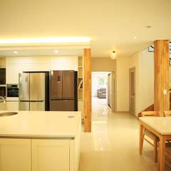 주택 내부 -1F: 더존하우징의  주방 설비