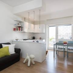Soggiorno con angolo cottura: Cucinino in stile  di zero6studio - Studio Associato di Architettura