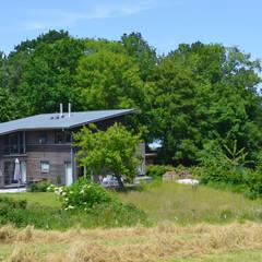 Einbettung in die Landschaft:  Mehrfamilienhaus von gondesen architekt