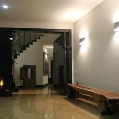 ACCESO PRINCIPAL: Puertas de estilo  por IngeniARQ Arquitectura + Ingeniería