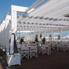 Stabilimento balneare - Bagni Excelsior: Bar & Club in stile  di LEGNOTECH S.r.l.