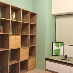書房與客房的結合:  書房/辦公室 by 圓方空間設計