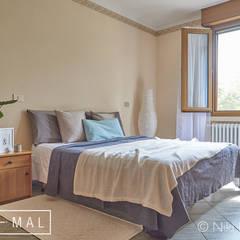 Camera da letto: Camera da letto in stile  di MINIMAL di Casini Roberta