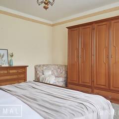 Camera matrimoniale: Camera da letto in stile  di MINIMAL di Casini Roberta