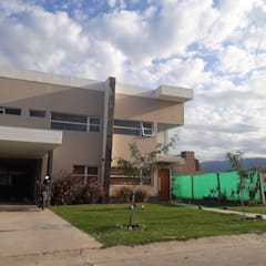Vivienda Familiar: Casas unifamiliares de estilo  por Arquivolta A&D