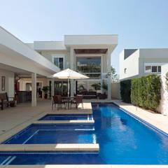 Amplitude : Piscinas de jardim  por Adriana Canova Arquitetura