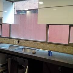 Instalación mesón en quarztone: Cocinas integrales de estilo  por Cambia Tu Nido