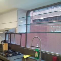Instalacíon muebles altos en poliuretano y vidrio: Cocinas integrales de estilo  por Cambia Tu Nido