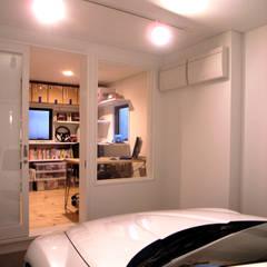 Garajes prefabricados de estilo  por TAPO 富岡建築計画事務所