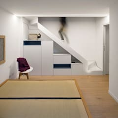 Wireless House: Scale in stile  di tIPS ARCHITECTS