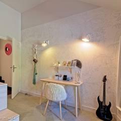 Chambre avec mezzanine et salle d'eau: Chambre de style de style eclectique par ATDECO