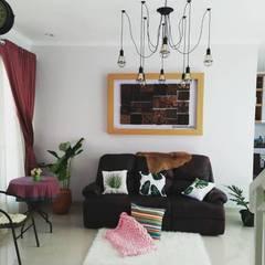 Rumah Pojok . GDC (Grand Depok City) – Depok . Jawa Barat:  Ruang Keluarga by Vaastu Arsitektur Studio