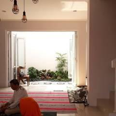 Rumah Pojok . GDC (Grand Depok City) – Depok . Jawa Barat: Ruang Keluarga oleh Vaastu Arsitektur Studio,