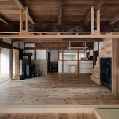 居間兼食事室 北面: 西本建築事務所 一級建築士事務所が手掛けたダイニングです。