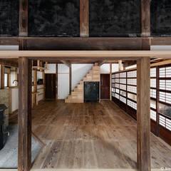 居間兼食事室 東面: 西本建築事務所 一級建築士事務所が手掛けたダイニングです。