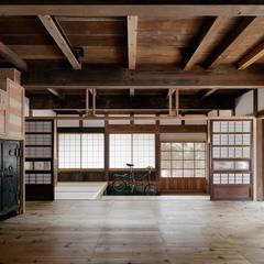 居間兼食事室 南面: 西本建築事務所 一級建築士事務所が手掛けたダイニングです。