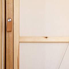 Vivienda duplex: Puertas de estilo  de Gyra Architects