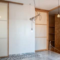 Vivienda duplex: Vestidores de estilo  de Gyra Architects