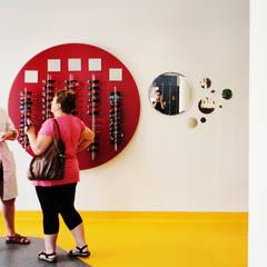 Reforma de Optica : Espacios comerciales de estilo  de Gyra Architects