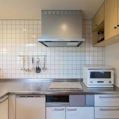 キッチン: アース・アーキテクツ一級建築士事務所が手掛けたシステムキッチンです。