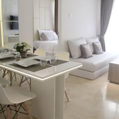 Apartemen Landmark II - Tipe  2 Bedroom (Design I):  Koridor dan lorong by POWL Studio