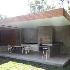 Balcones y terrazas minimalistas de m2 estudio arquitectos - Santiago Minimalista Concreto reforzado
