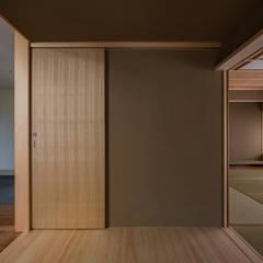 センの木を用いた和室棟のトイレの引き戸: 株式会社エキップが手掛けたドアです。