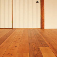 Floors by 大畠稜司建築設計事務所, Eclectic Solid Wood Multicolored