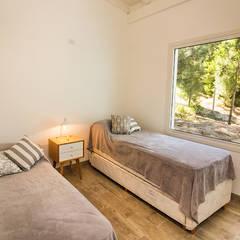 Casa 390 Deportivo por JOM HOUSES: Dormitorios de estilo  por JOM HOUSES
