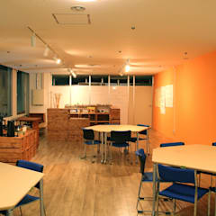 Exhibition centres by 大畠稜司建築設計事務所, Eclectic Solid Wood Multicolored