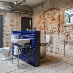 Badezimmer im Industriedesign:  Badezimmer von Traditional Bathrooms GmbH